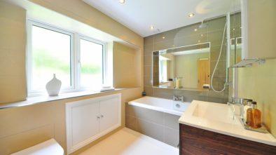 Ako zariadiť aj v malom priestore modernú kúpeľňu?